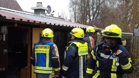 Feuerwehr holt Bewusstlosen aus Laube